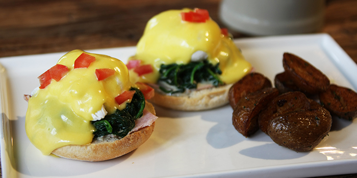 Eggs Benedict from Zeitgeist located on Haifang Lu, Jing